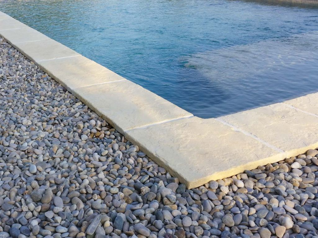 Margelle de piscine d 39 angle domus roc de france for Piscine les angles