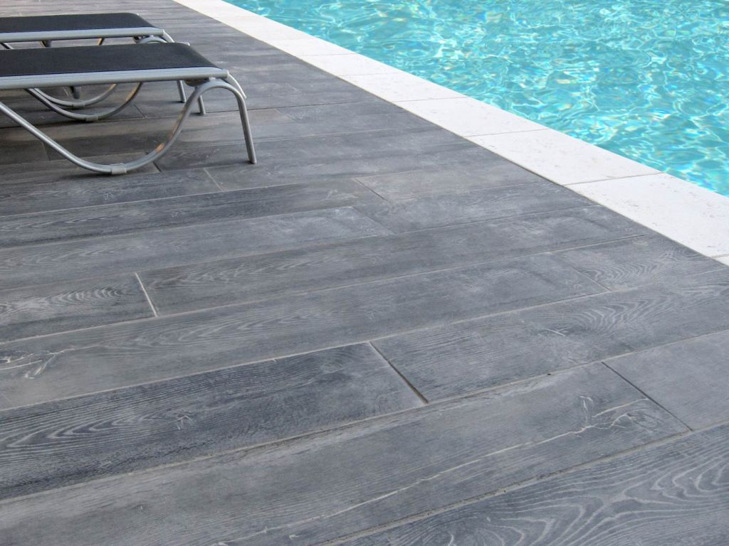 Dalle terrasse sur plot imitation bois for Piscine carrelage gris