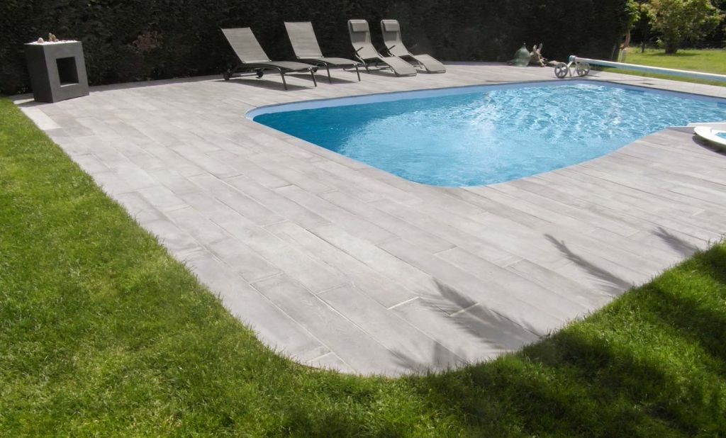 Ambiance margelle de piscine lame rectangle gris aspect bois