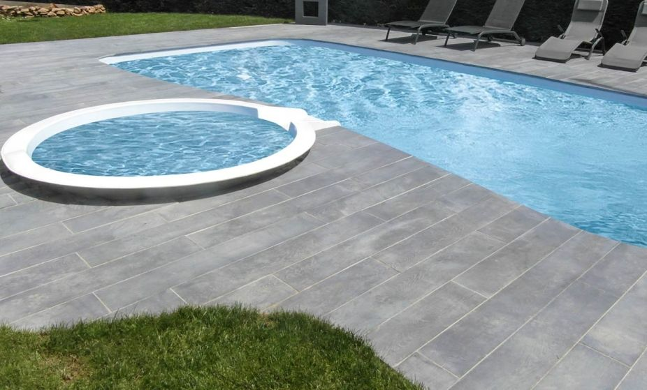 Ambiance margelle de piscine rectangle gris aspect bois