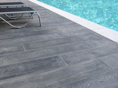 Margelle de piscine pas chère, dallage rectangle gris aspect bois lame wood